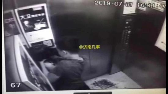 男子电梯内手掐女孩脖子20余秒 监控拍下恐怖一幕|脖子