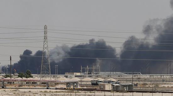 沙特主要石油装备14日逢袭。(图源:《纽约时报》)