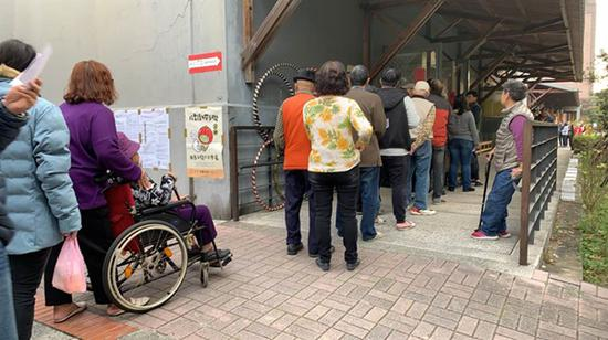台湾地区领导人选举投票 民众排队进入投票所(图)图片