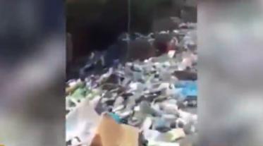 """视频:黎巴嫩首都街道惊现恐怖""""垃圾河"""" 垃圾随水"""