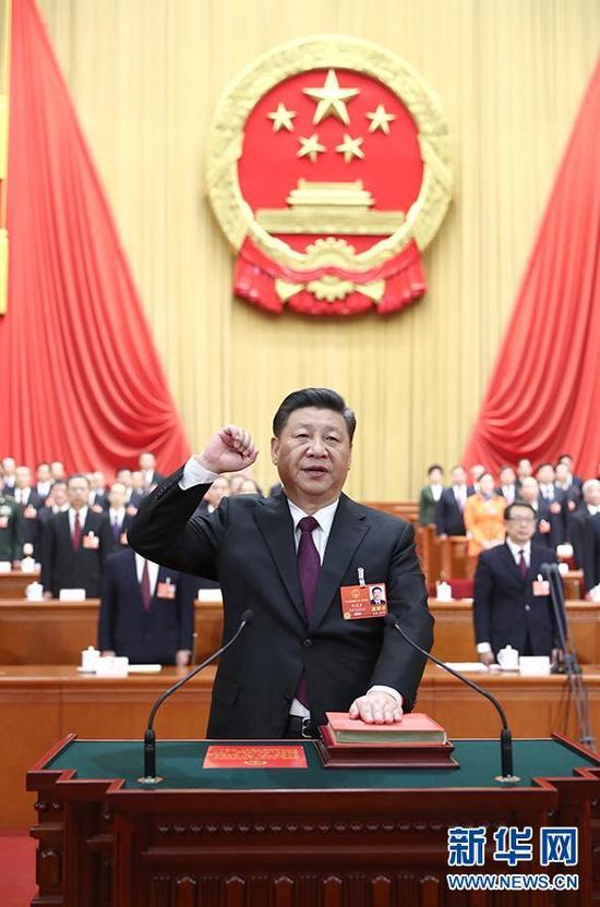 3月17日,十三届全国人大一次会议在北京人民大会堂举行第五次全体会议。习近平当选中华人民共和国主席、中华人民共和国中央军事委员会主席。这是习近平进行宪法宣誓。(图片来自:新华社)