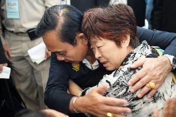 泰国总理巴育7月9日在普吉一家医院安慰遇难者家属