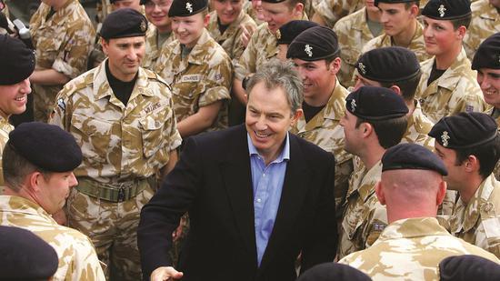 2005年12月,布莱尔在伊拉克与英国士兵握手 @视觉中国