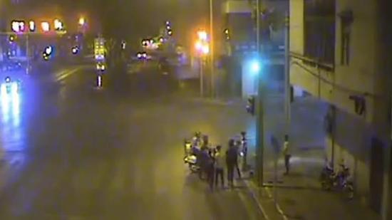 广东两岁宝宝半夜街头游荡 民警连夜帮其找妈妈
