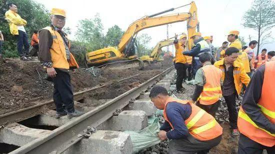 京广铁路一路段塌陷致40趟列车停运 抢修正在进行