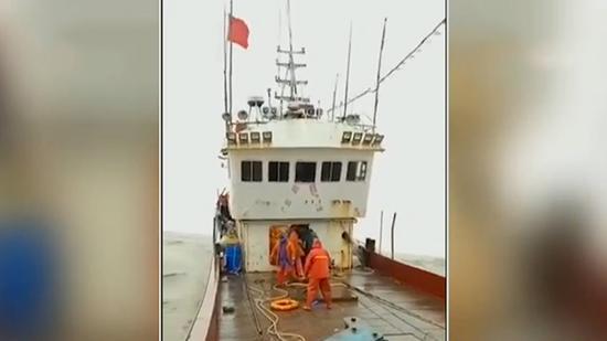 五小时生死营救!商船海上遇险 渔船风浪中成功救上