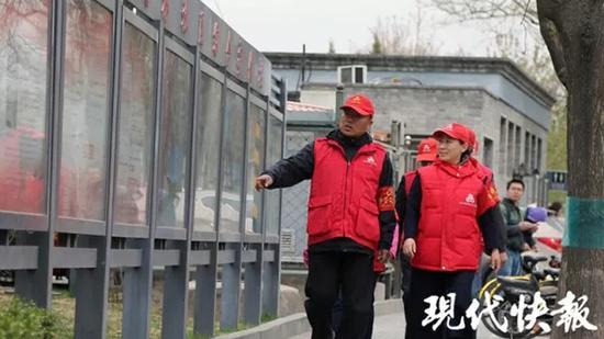 谭道亮(左)