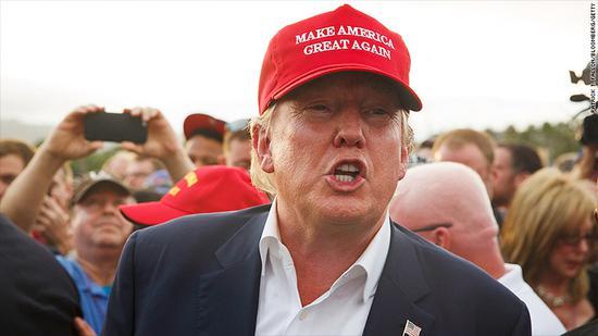 """特朗普在2016年竞选时头上所戴着的,标志性的""""Make America Great Again""""的红色鸭舌帽(图片来源:美国有线电视新闻网)"""