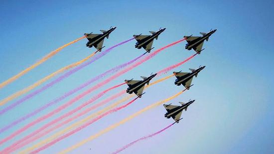震撼现场!空军八一飞行表演队展示歼-10特技飞行