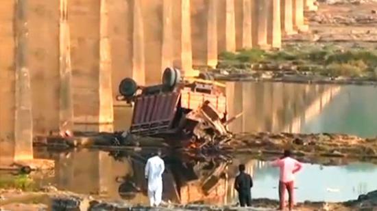 视频:惋惜!印度卡车坠河事故造成21人遇难 乘客