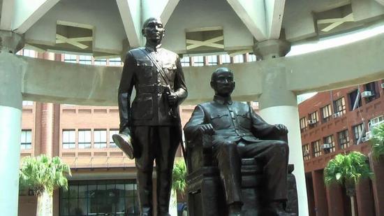 目前在台湾中山大学内的孙中山先生坐像和蒋介石立像(图片来源:联合新闻网)