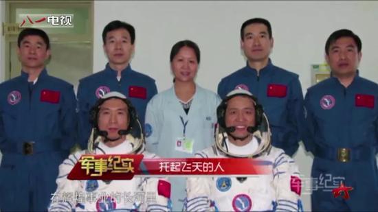 黄伟芬(后中)和航天员们在一起