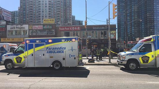 4月23日,在加拿大多伦多,警察在汽车撞人事件现场附近警戒。