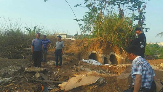 自贡三位收藏爱好者在大安区凤凰乡永胜村的建筑工地发现一处清代墓葬。