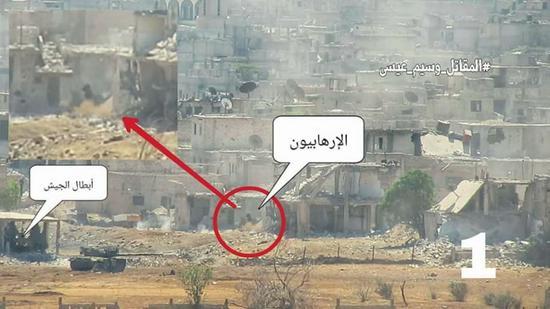 正在南大马士革激战的政府军,图为第四装甲师坦克摧毁一处建筑物内的恐怖分子火力点