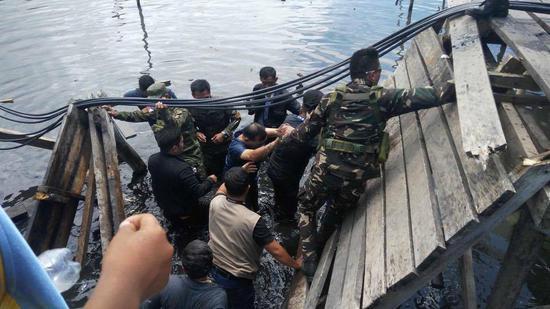 菲官员视察政府新建难民住宅区 行至木桥时桥塌了