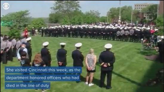 辛辛那提市纪念因公殉职警察活动现场。(图:CBS新闻)