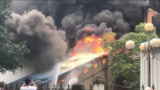 现场视频:浓烟滚滚!广西南宁金砖茶城突发火灾