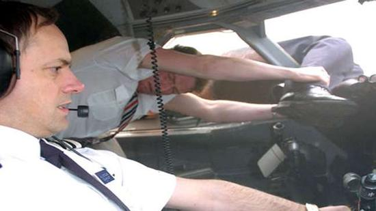 《空中浩劫》纪录片画面显示,英航空乘拽住机长的脚,副驾驶执飞。