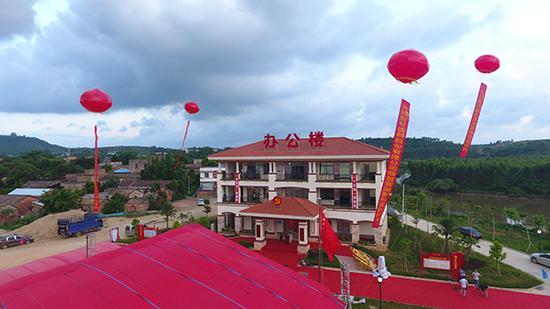 6月3日,在新建的办公楼前,已经挂起了祝贺庆贺官湖村村民乔迁新别墅的红色气球。澎湃新闻记者 郑朝渊 图