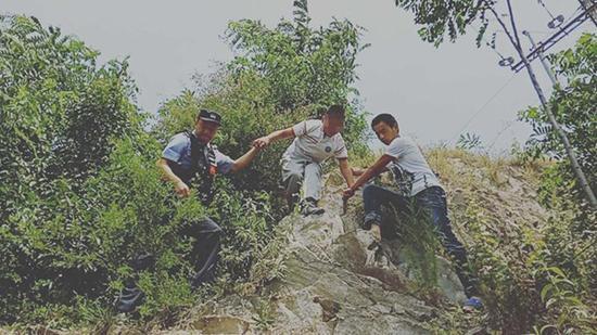 民警在山崖上找到兵兵