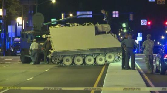图为当地警方终于追到该辆装甲车。(来源:福克斯新闻网)