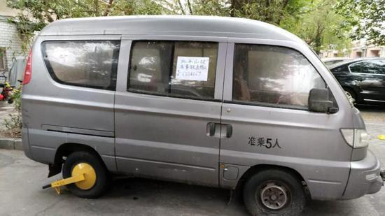 6月2日,邓家两辆运货的面包车被派出所上锁。实习生张一川 摄