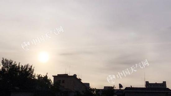 今晨6时左右,北京天空云量较多。(张辉 摄)