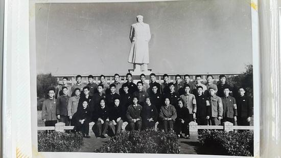 1962年,复旦大学物理二系041班开学合影。 受访者供图
