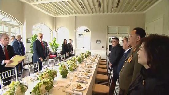 朝美领导人及部分工作人员共进工作午餐。