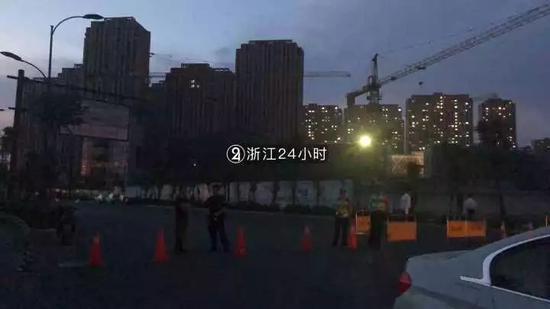 杭州三墩发生大面积路面塌方 一辆挖掘机掉入坑中图片 17967 550x309