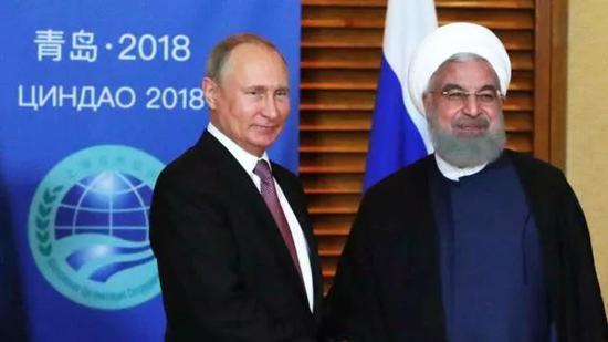 ▲俄罗斯总统普京(左)近日在青岛会见伊朗总统鲁哈尼,透露伊朗可能成为上合组织正式成员国。(欧洲新闻图片社)