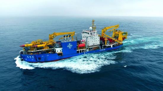 """""""天鲲号""""在海上航行试验中(6月12日摄)。"""
