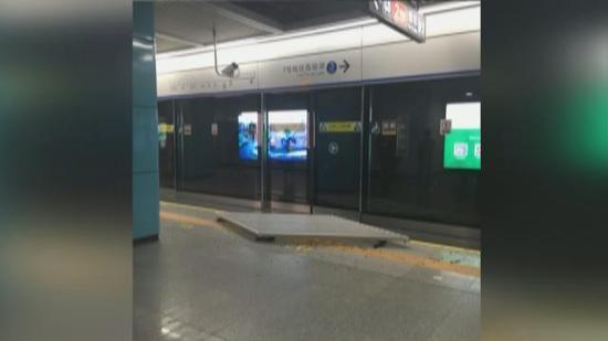 视频:命大!地铁站台天花板掉落 候车母子险被砸