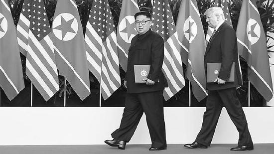 朝美领导人签字后离开现场