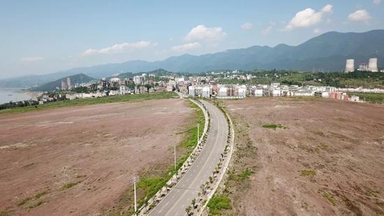 保护区内,大片的土地被推平,土壤裸露出来。         王守城摄