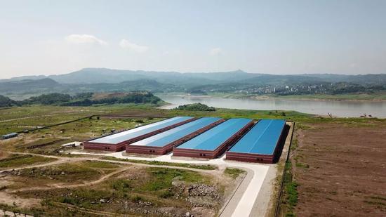 保护区内的电子设备厂,不远处就是长江。                王守城摄