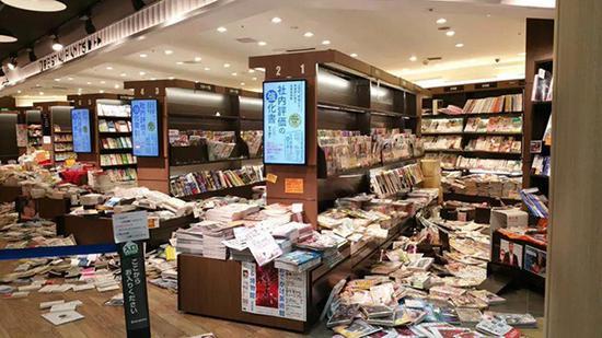 像是被打劫过的书店