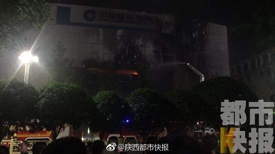 西安南大街建行发生大火 1名男子烧伤不幸身亡