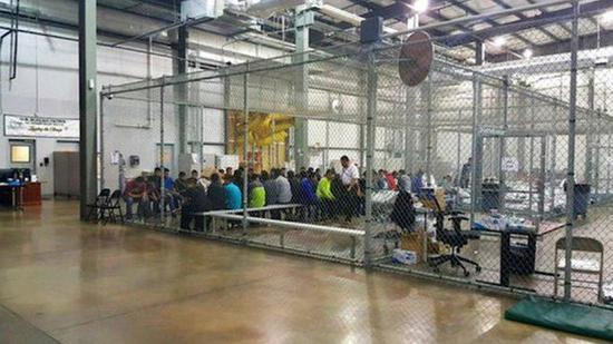 图为美国海关及边境保护局发布的关押非法移民情景。(来源:BBC)