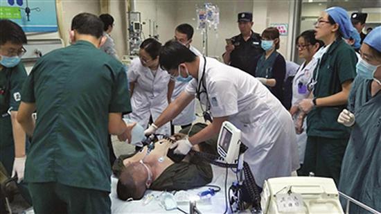 男子推着爱人去手术室时心脏骤停倒地,医护合力急救。 医院供图