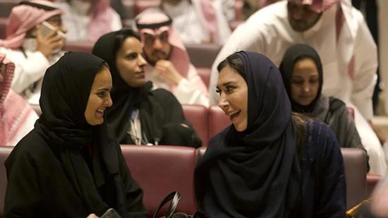4月19日,沙特首家商业影院开业,部分女性有机会观影。