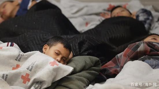 收容所里席地而睡的孩子们