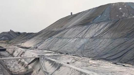 长江岸边钢渣堆积如山