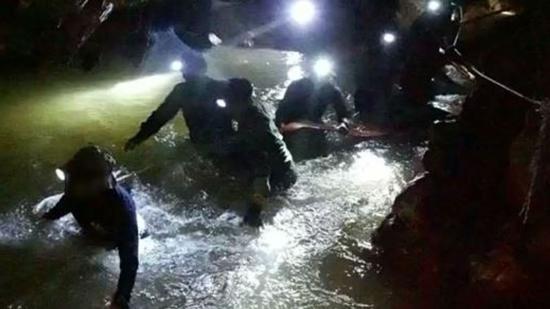 救援队在洞穴中发现生命迹象(图:外媒)