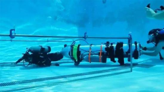 ▲正在进行测试迷你潜艇