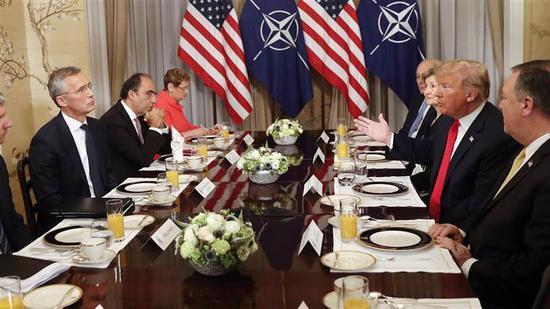 圖爲川普帶着白宮高級官員與北約祕書長斯托爾滕貝格共進早餐。(圖片來源:美國媒體)