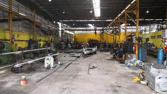 """""""塔纳瓦特""""(Thanawat)船厂车间。澎湃新闻记者 邓雅菲 图"""