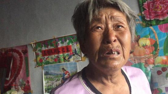 73岁的李秀华丈夫患病,自己腿脚也不便,还住在已开裂的房子里。