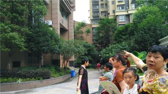 妇女情绪失控跳楼 近百名邻居围着劝说后放弃轻生